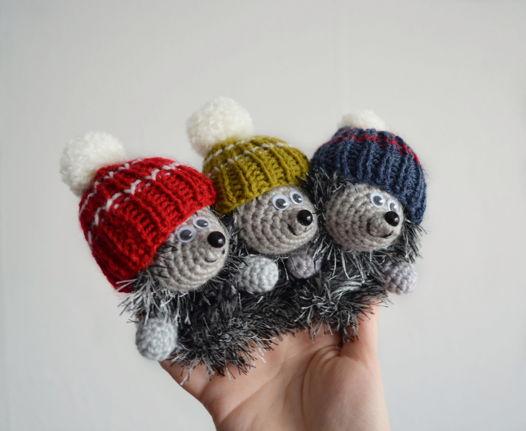 Вязаная игрушка на палец «Ёжик в шапке»