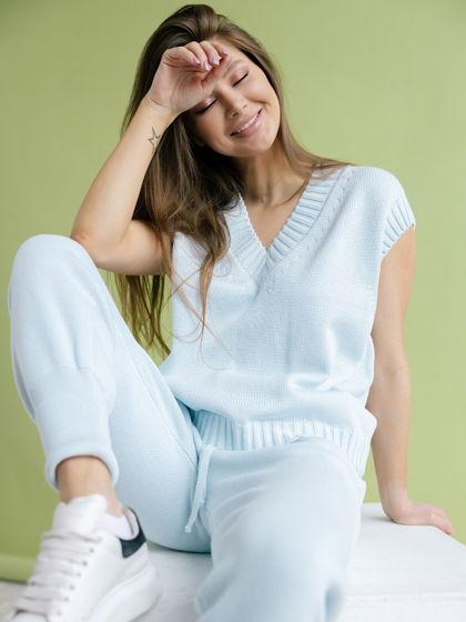 Женский вязаный костюм: жилет, брюки