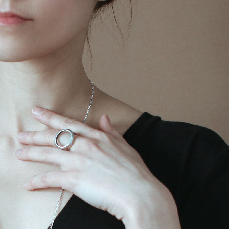 Прозрачное стеклянное кольцо геометрической формы