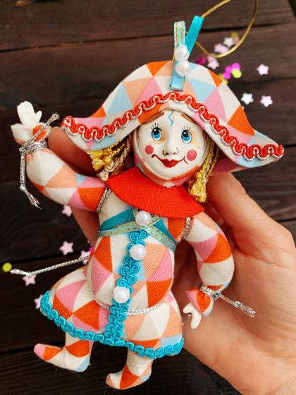 """Елочная игрушка ручной работы из фарфора и текстиля """"Арлекин"""""""