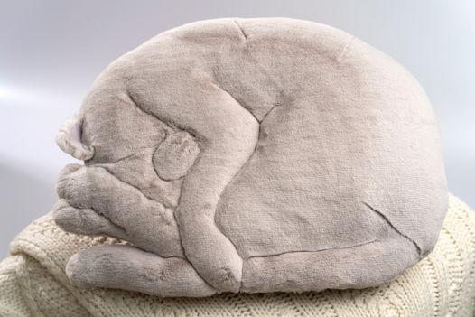 овальная подушка спящий кот ручной работы из искусственного меха