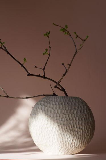 Плоская круглая ваза из шамотной глины бежевая