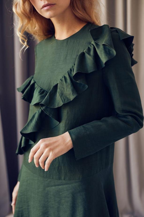 Зеленое платье с асимметричными воланами