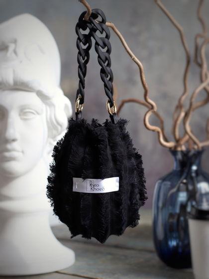 Маленькая чёрная сумочка с объёмной ручкой цепью