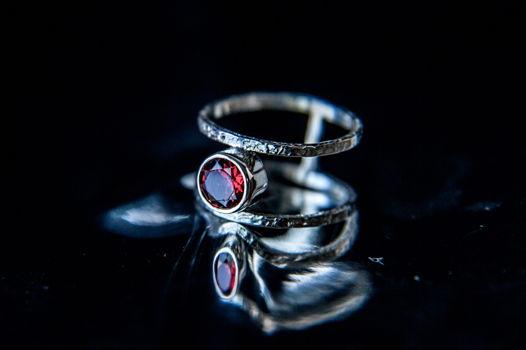 Двойное текстурное серебряное кольцо с красным гранатом