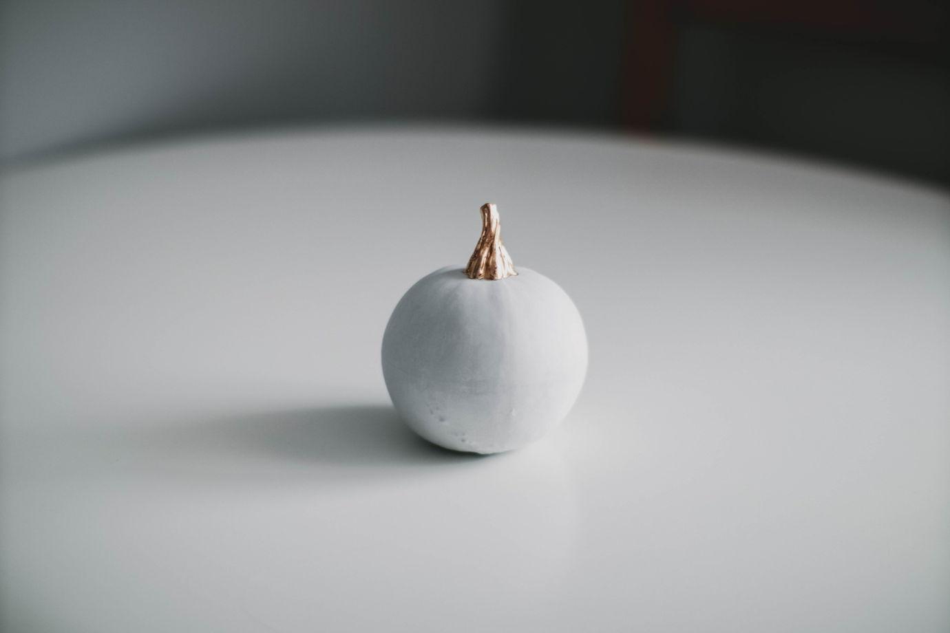Светло-серая круглая большая фарфоровая тыква с золотым черешком Paul
