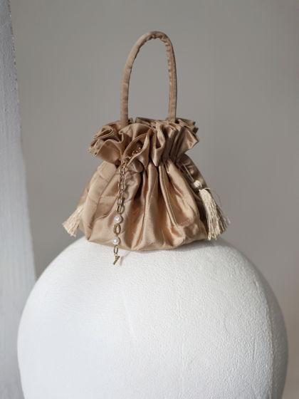 Небольшая атласная сумка-мешок цвета капучино