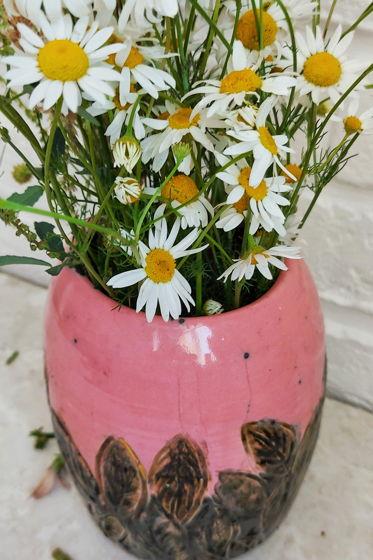 Керамическая ваза розовая с зелёными листьями