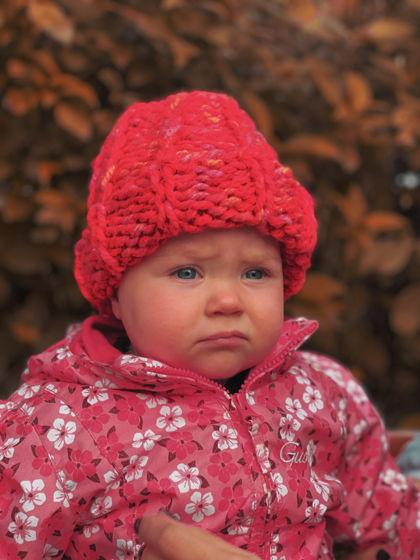Детская вязаная шапка с отворотом из красной итальянской пряжи ручной работы