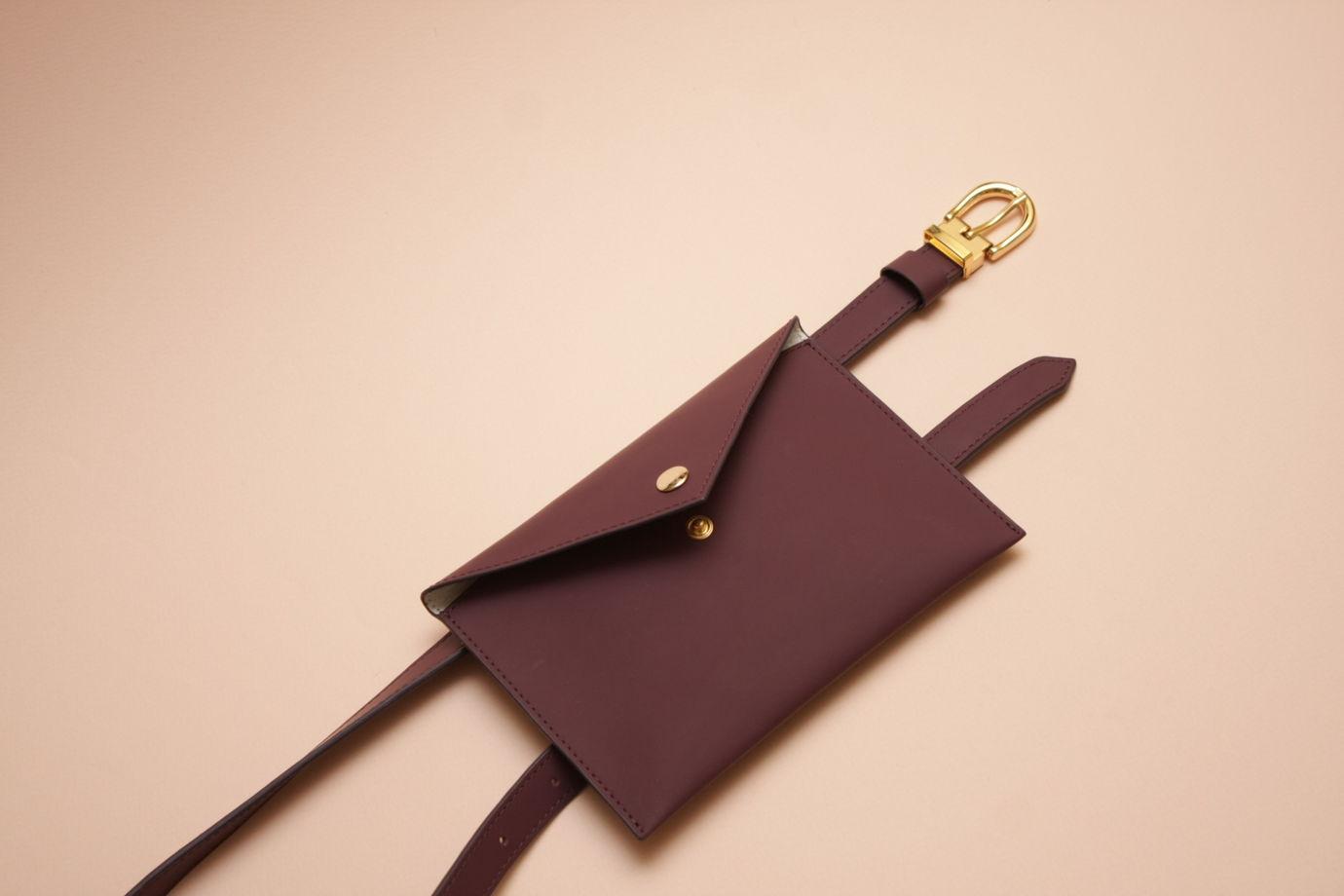 Сливовая кожаная сумка-конверт на пояс