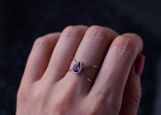 Серебряное кольцо Бесконечность с ярким аметистом
