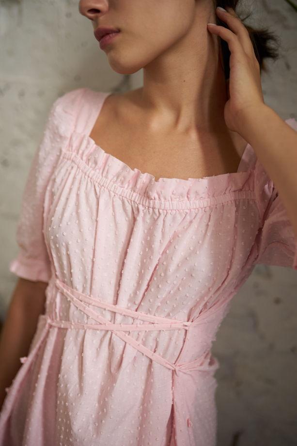 Розовое платье со шнуровкой из фактурного батиста