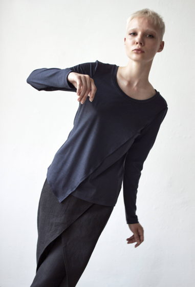 Женский лонгслив с асимметричным кроем / серый графит