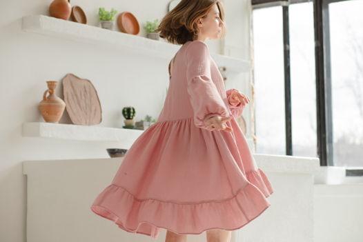 Пудровое короткое бохо платье из органического хлопка.