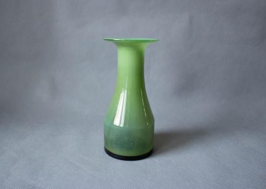Зеленая опалиновая ваза