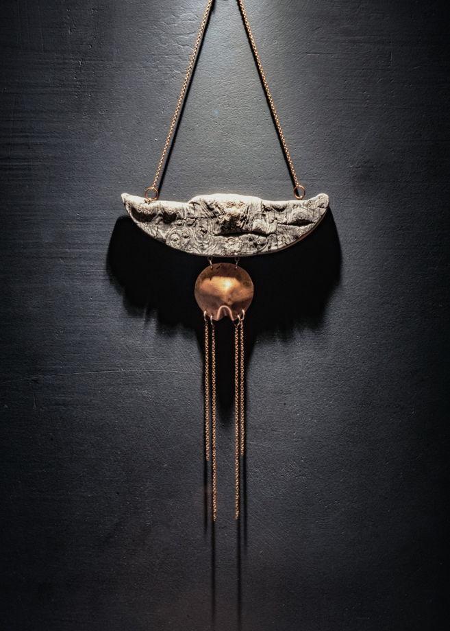 Нагрудное украшение из дерева и меди Азиатка