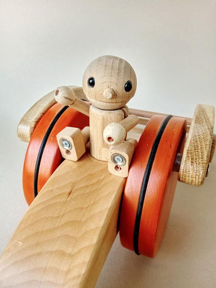 Деревянная машинка с человечком