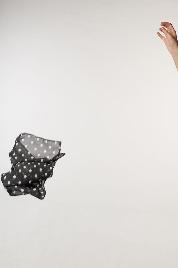 Женский черный платок в белый горох