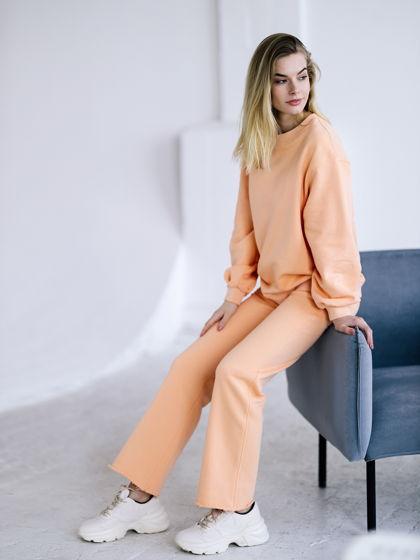 Женский спортивный костюм персикового цвета: свитшот, брюки