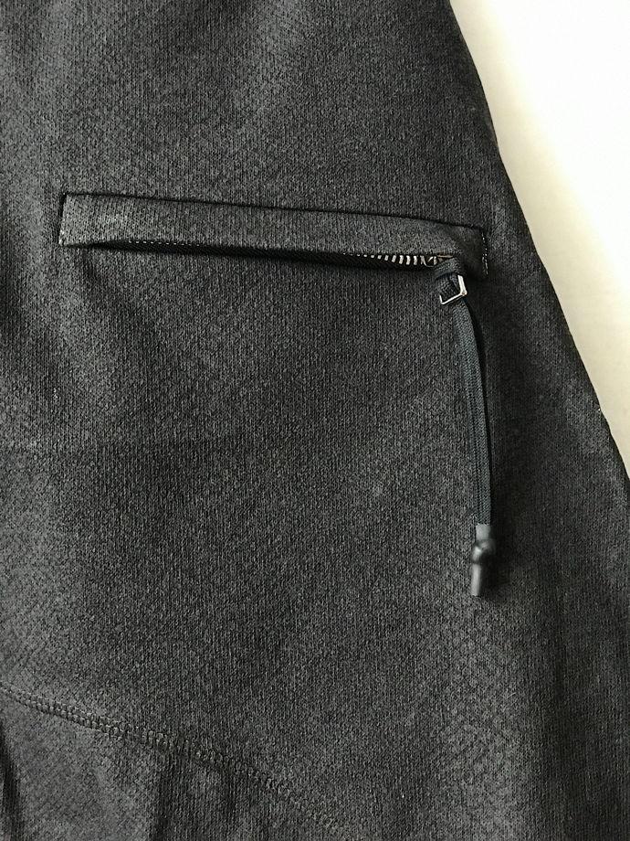 шорты асимметричного кроя из фактурного плотного трикотажа