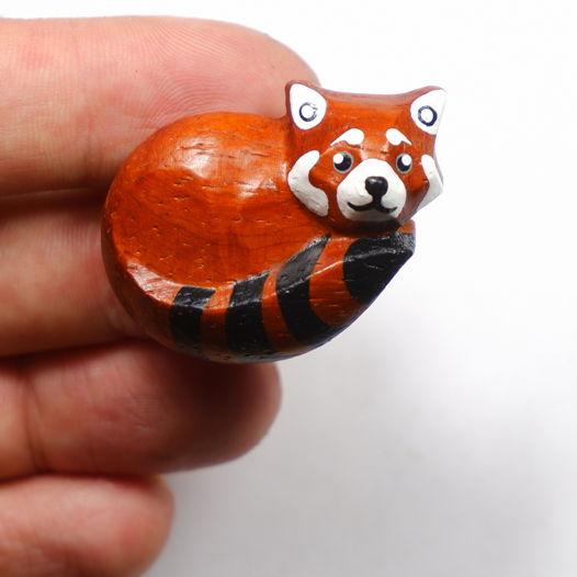 Брошь Малая Панда из красного дерева