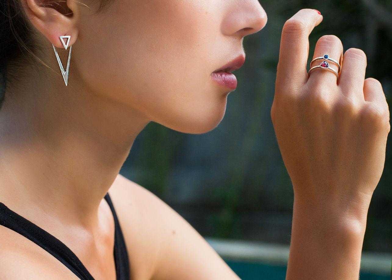 Двойное серебряное кольцо с двумя гранатами