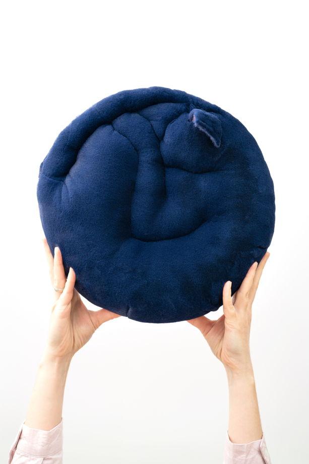 круглая синяя подушка-кот ручной работы из эко-меха