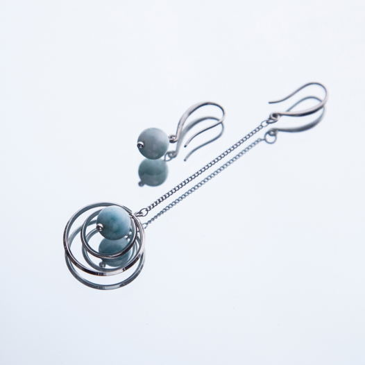 """Серьги """"Планета со спутником""""  из серебра 925 пробы и полудрагоценного ларимара. Длина асимметричных серёжек 6.5 см и 1 см."""