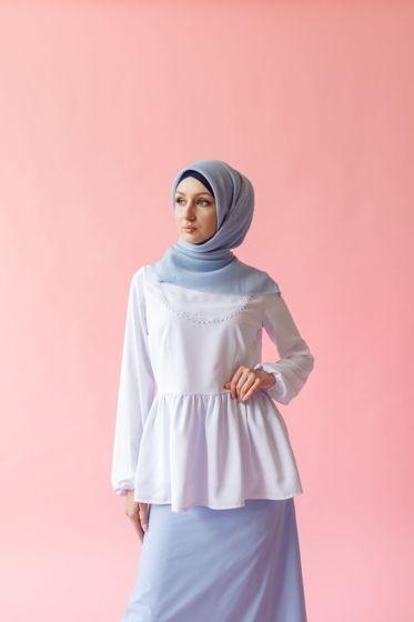Белая блузка с кружевной вставкой