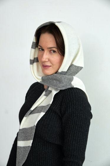 Серая вязаная косынка в полоску из шерсти ягненка