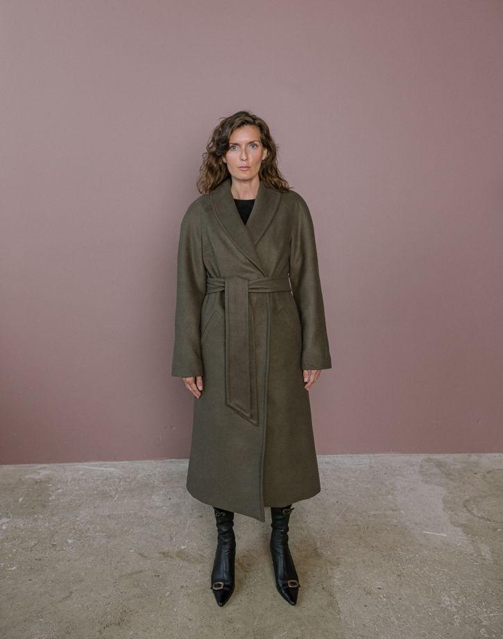 Шерстяное утепленное пальто хаки с воротником шаль
