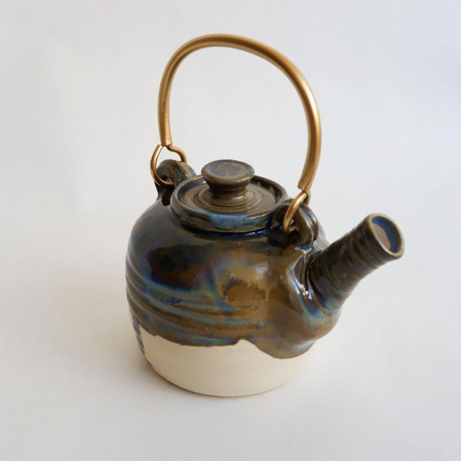 Керамический заварной чайник с латунной ручкой.