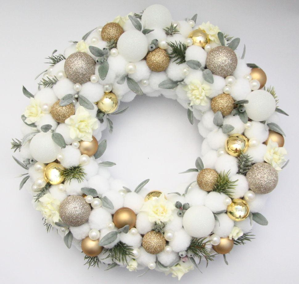 Рождественский венок с искусственной хвоей в бело-золотой гамме