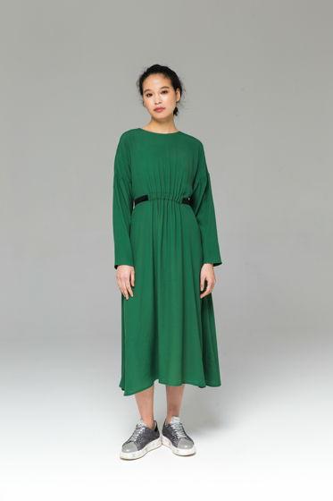 Зелёное классическое платье  из вискозы с бархатными лентами А-силуэта.
