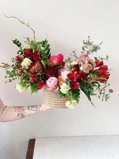 Композиция из живых цветов в джутовой корзинке XL