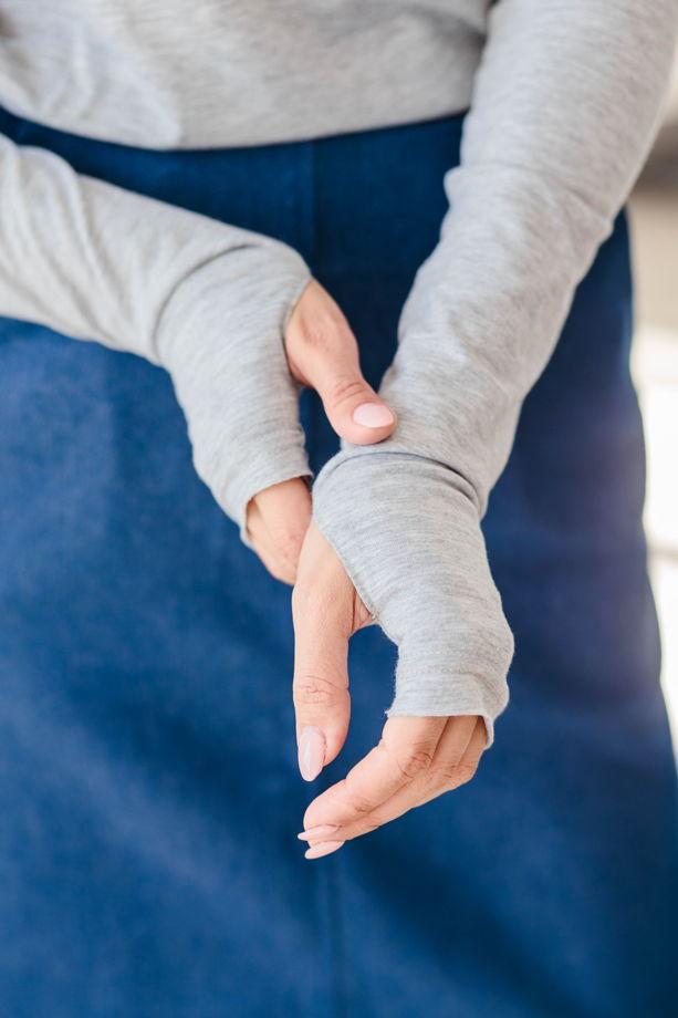 Бесшовный лонгслив с удлиненным рукавом с прорезью для большого пальца