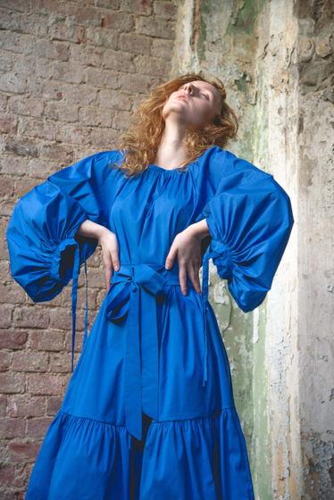летнее свободное платье в длине миди