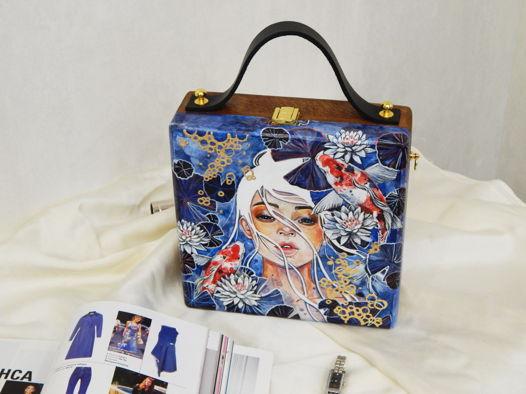 """Женская сумка-кроссбоди из дерева с ручной росписью """"Карпы Кои"""", синяя"""