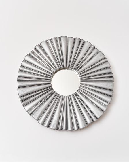 Зеркало настенное. Рама выполнена вручную из массива ольхи. Диаметр рамы составляет 40 см.