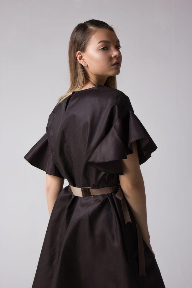 Шоколадное платье с рукавами-воланами и репсовым поясом.