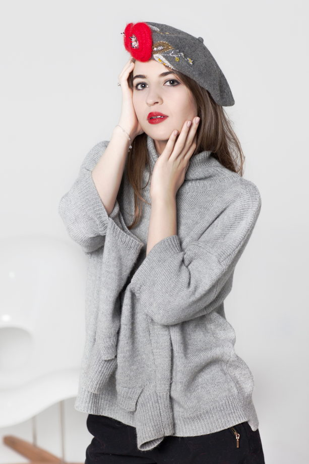 Серый свитер с горлом и разрезами на локтях