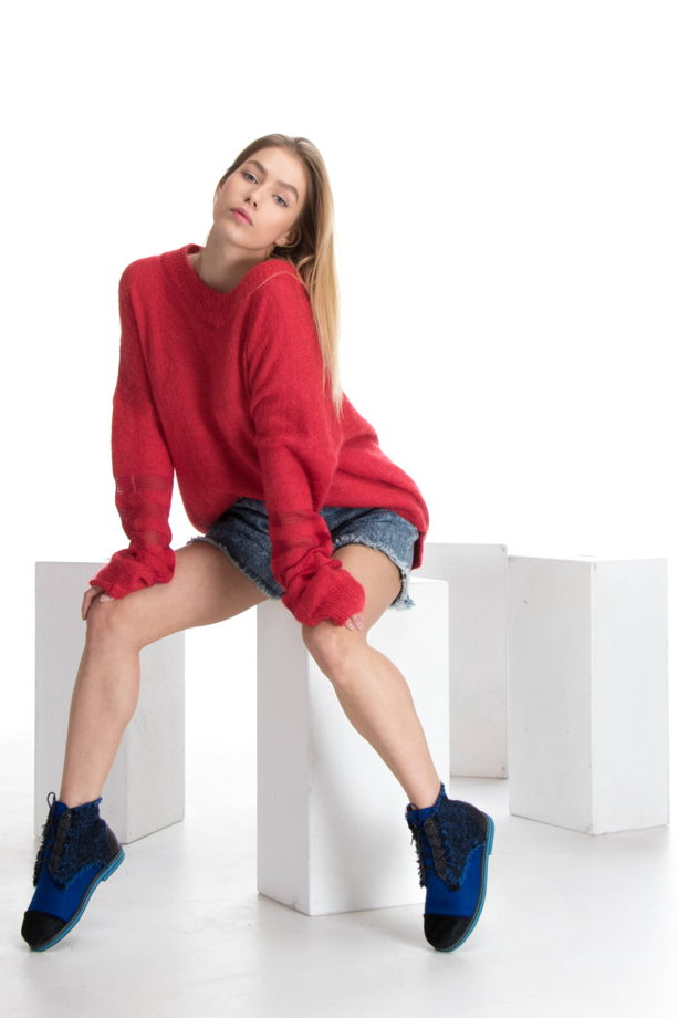 Красный свитер оверсайз с v-воротом и длинными рукавами