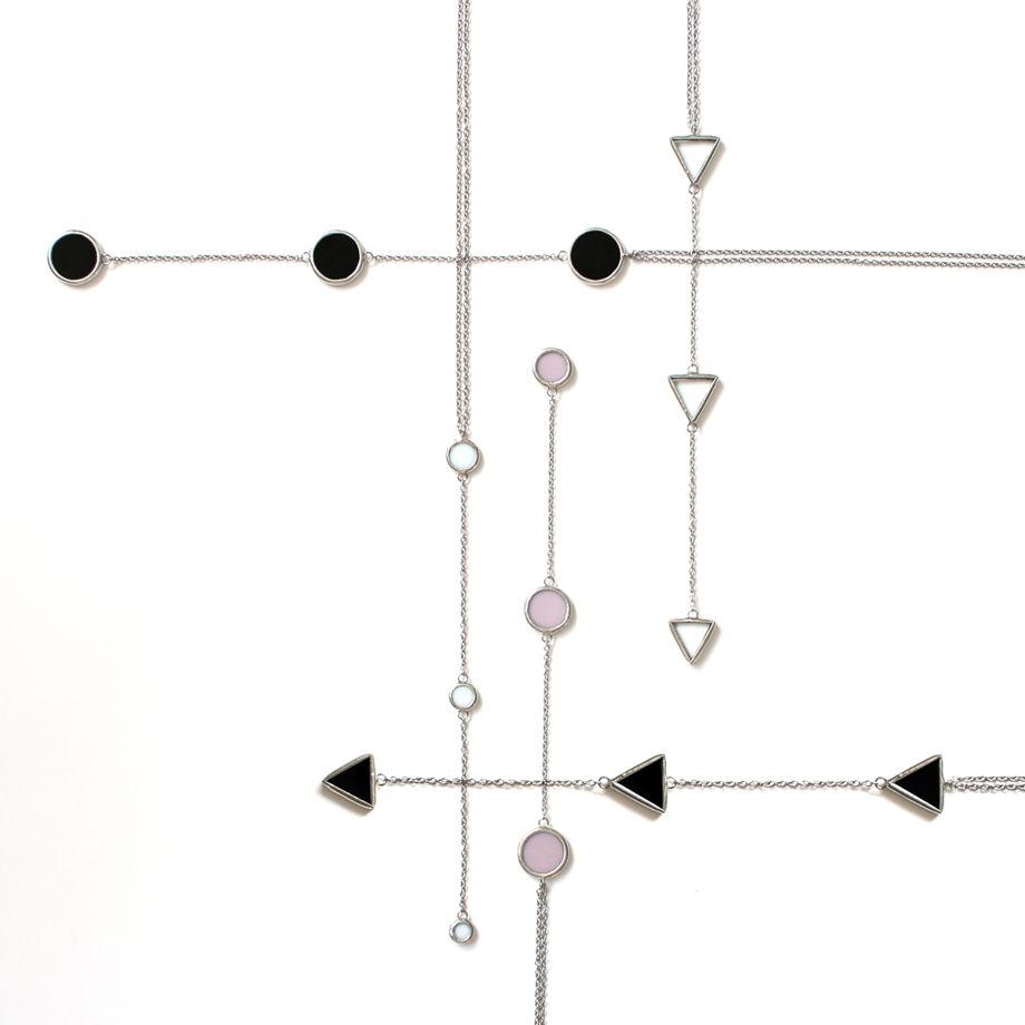 Кулон из трех круглых белых элементов