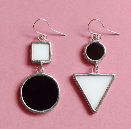 Серьги асимметричные черно-белые из стекла Круг и Треугольник