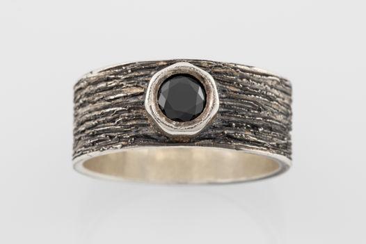 Серебряное кольцо «Кора» с чёрным фианитом