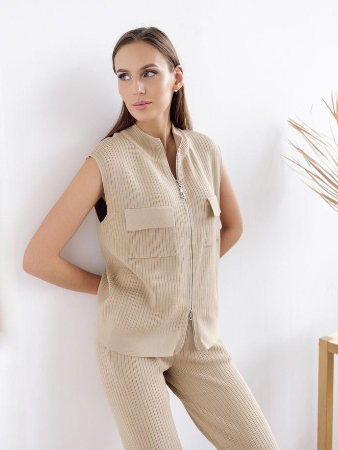 Женский бежевый костюм: жилет, брюки