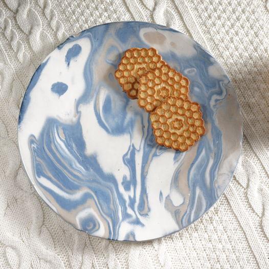 """Тарелка плоская 24 см бело-голубая из серии """"Мраморная"""""""
