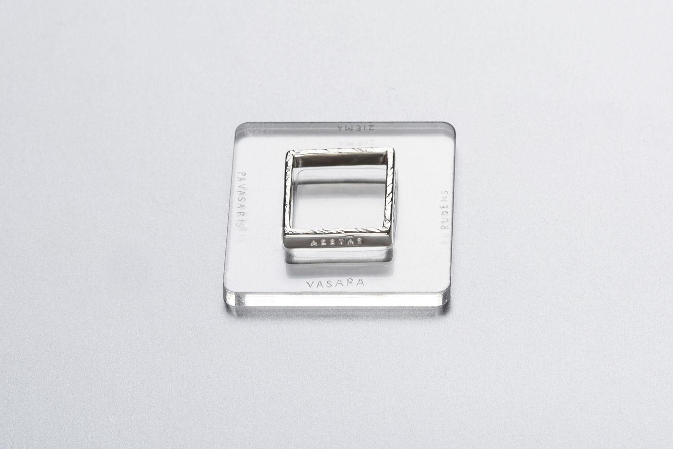 Квадратное кольцо из серебра с надписью на латыни