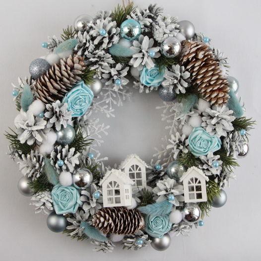 Новогодний венок бело-голубой с домиками