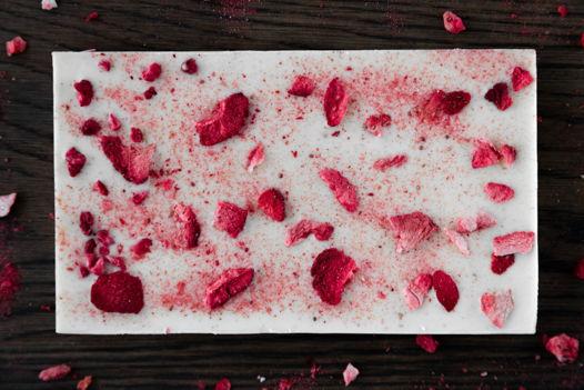 Плитки белого бельгийского шоколада с ягодами
